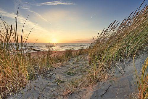 duinen en de Noordzee bij een zonsondergang van eric van der eijk