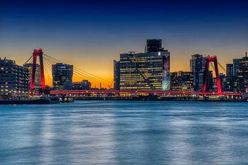 Verlichte Willemsbrug Rotterdam van Leon Okkenburg