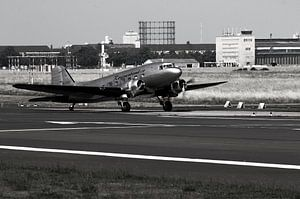 Le bombardier Raisin décolle de l'aéroport de Berlin Tempelhof.