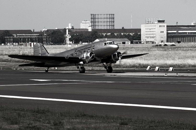 Raisin bommenwerper stijgt op van vliegveld Berlin Tempelhof van Frank Herrmann