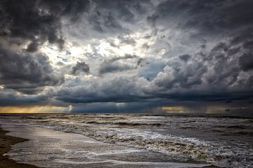 donkere lucht boven de Noordzee van eric van der eijk