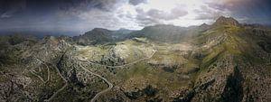 De noordelijke bergen van Mallorca in licht bewolkt weer