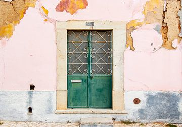 Oude deur in een roze muur van Evelien Oerlemans