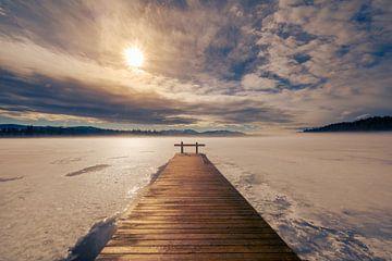 Houten loopbrug aan bevroren meer in hoog-Bavaria met zon en alpen op achtergrond van Robert Ruidl