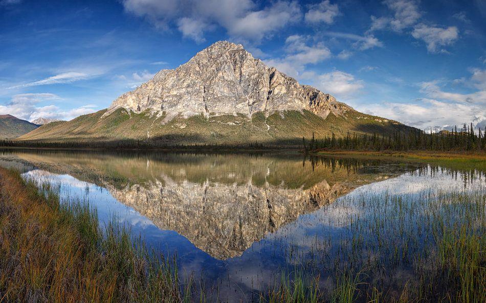 Dillon Mountian in een reflectie in het meer van Menno Schaefer
