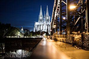 De Dom van Keulen in de avond, gezien vanaf de Hohenzollernbrug
