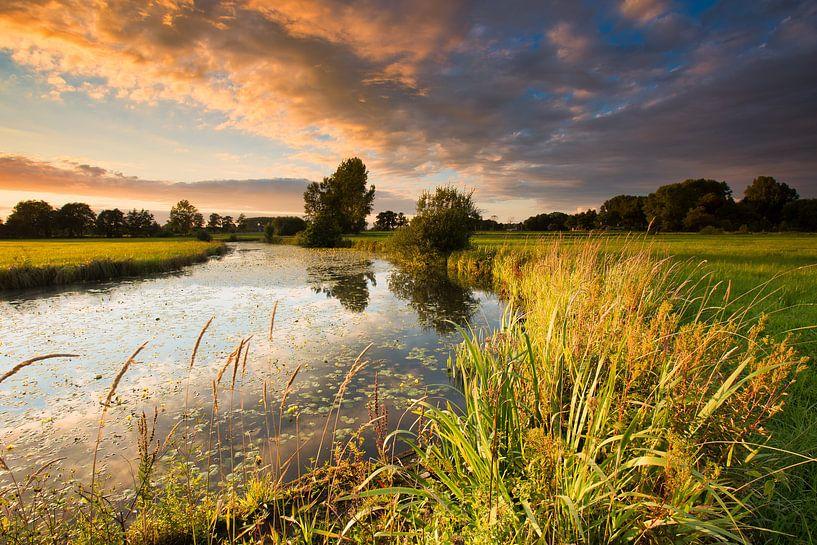 Zonsondergang boven rivier De Reest - Drenthe, Nederland van Bas Meelker