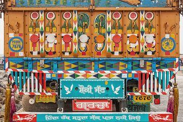Heldere en kleurrijke traditioneel geschilderde Indiase vrachtwagen op straat van Tjeerd Kruse