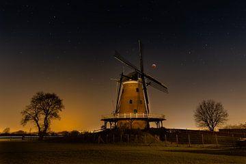 Bloedmaan tijdens een winternacht van Bart Verbrugge