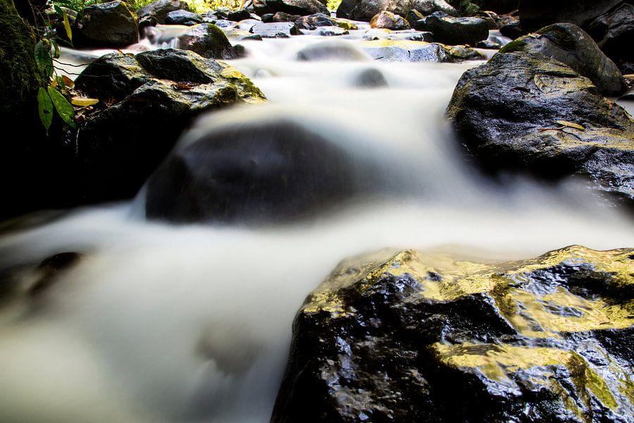 Rotsen onderaan de waterval op Lombok