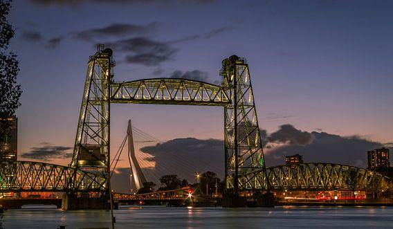 De twee bruggen van Rotterdam op één foto: De Hef en de Erasmusbrug van Arisca van 't Hof
