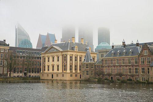 Hoge mist bij het Binnenhof en Mauritshuis in Den Haag van Cor de Hamer