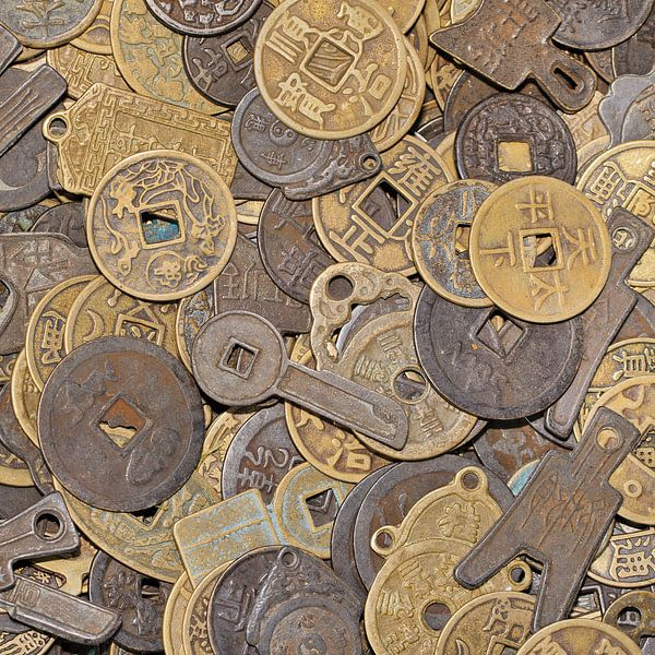 Opmerkelijk vormige oude Chinese muntstukken op een rommelmarkt van Tony Vingerhoets