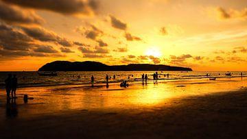 Sonnenuntergang am Strand von Langkawi von pixxelmixx