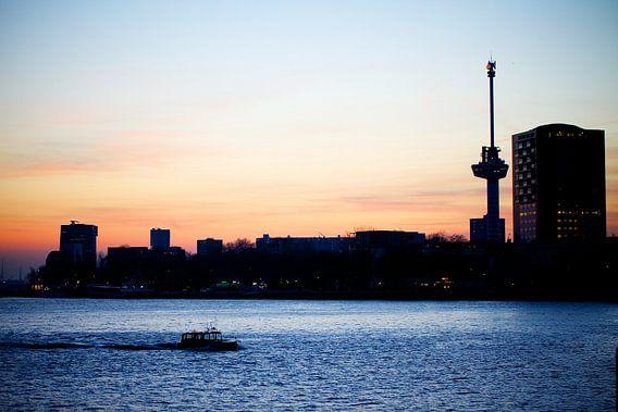 De Maas bij zonsondergang van Pieter Wolthoorn