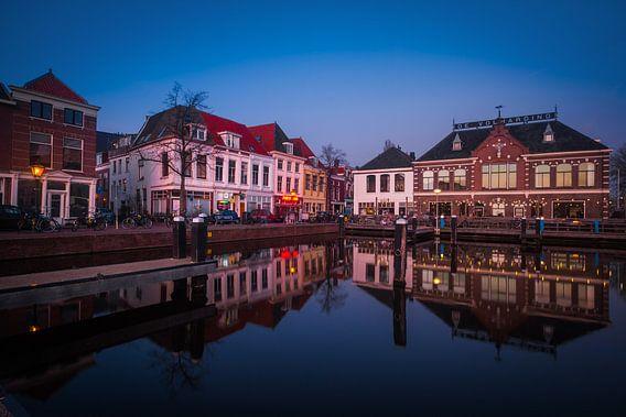 Leiden Haven tijdens het blauwe uur