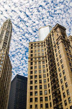 Wolkenkrabbers en Trump Toren met wollige wolken in de lucht in Chicago USA van Dieter Walther