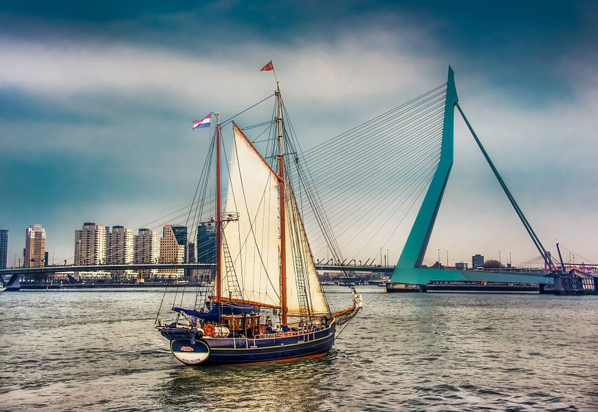Zeilboot voor de Erasmusbrug