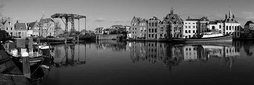 Zwart-wit panorama historische havenkom Maassluis van