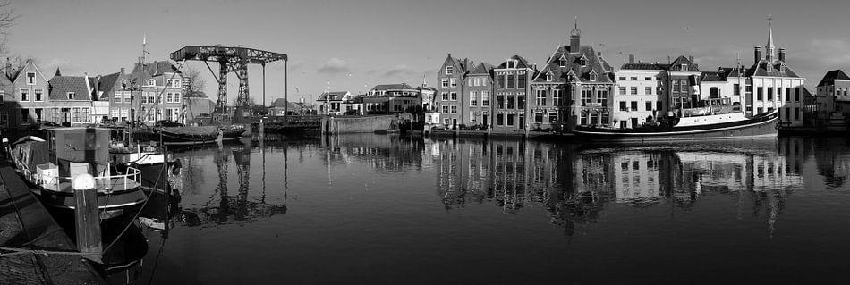 Zwart-wit panorama historische havenkom Maassluis