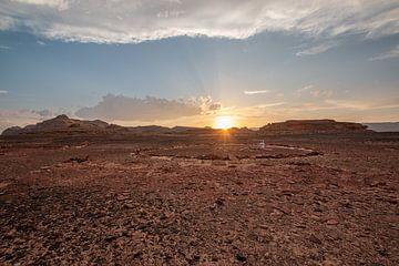 Mediteren bij zonsondergang in de Sinaï woestijn in Egypte van Marjan Schmit Visser
