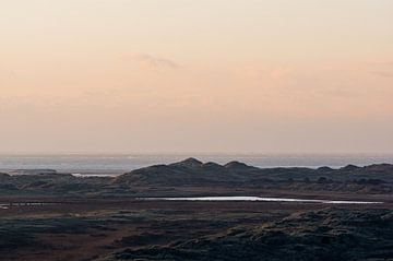 Zicht op  de Noordsvaarder en de duinen vanaf het Seinpaalduin op Terschelling met de Noordzee op de van Alex Hamstra
