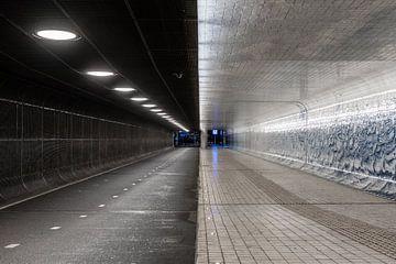 Avondklok in Amsterdam - Fietstunnel station Amsterdam Centraal van Renzo Gerritsen