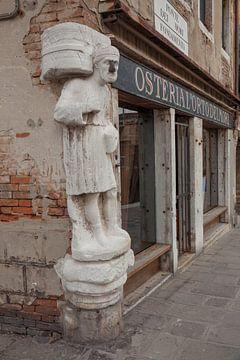 Moor met stalen neus in centrum van oude stad van Venetie, Italie van Joost Adriaanse