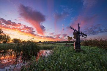 Torfwiesenmühle während des Sonnenaufgangs von Pieter Struiksma