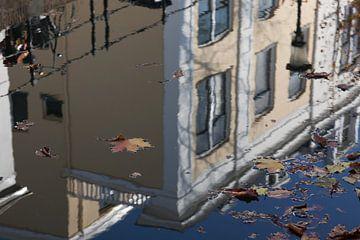 Spiegeling in de Oude Gracht van Utrecht 5 van Marijke van Eijkeren