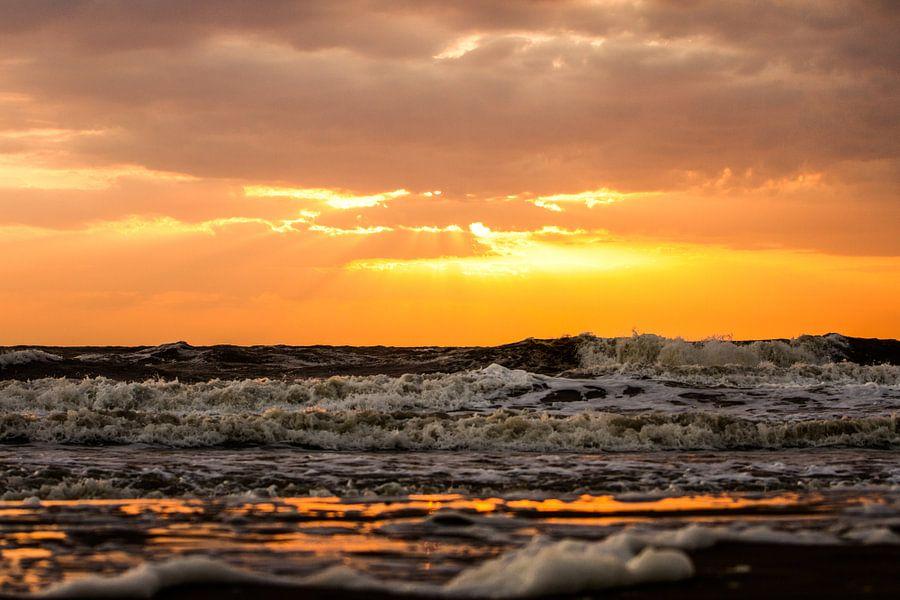 Onstuimige zee van Leon Weggelaar