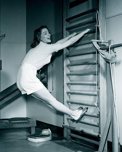 Historisch beeld vrouw op sporttoestel