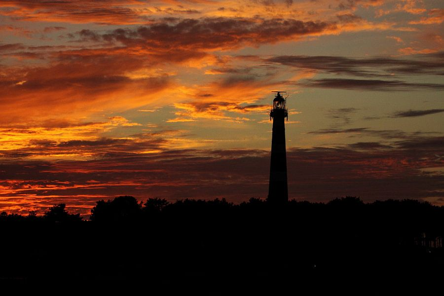 Vuurtoren bij zonsondergang  van Rinnie Wijnstra