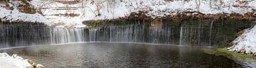 Besneeuwde waterval in japan van Herke Kaandorp