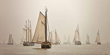 Panorama der Boote der Braunen Flotte im Nebel von Frans Lemmens