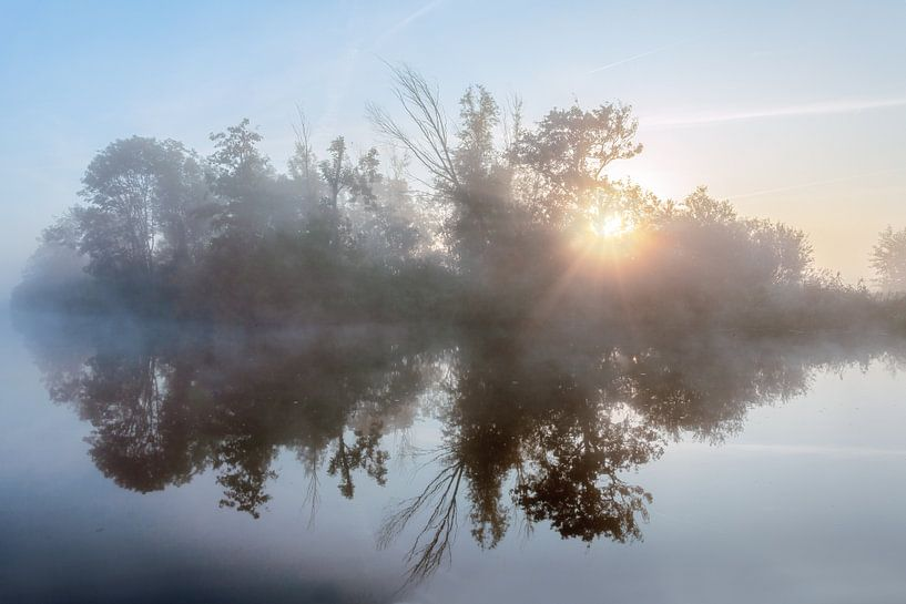 Zonsopkomst in de mist door de bomen met een waterreflectie van R Smallenbroek