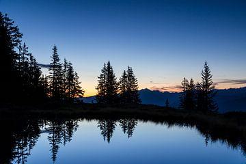 Ein kleiner Bergsee während der Blaue Stunde von Coen Weesjes