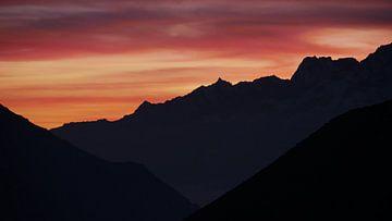 Zonsondergang in het Himalaya gebergte