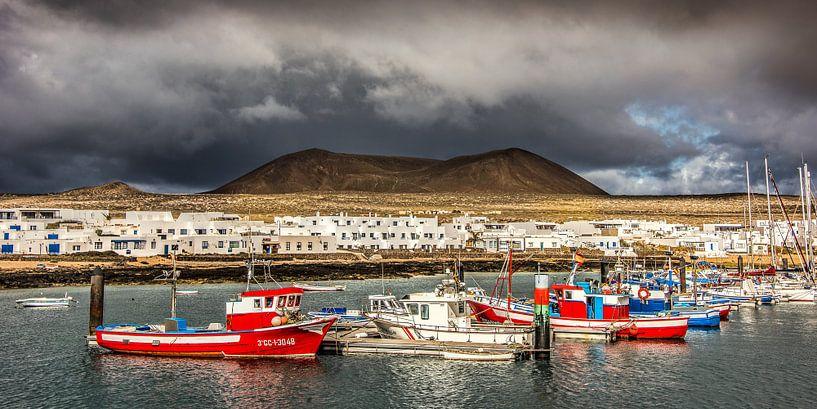 De haven van Caleta del Sebo op het kleine eiland La Graciosa van Harrie Muis