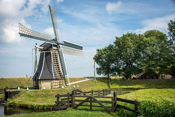 Een Hollandse molen in een echt Hollandse omgeving. van Peter de Jong