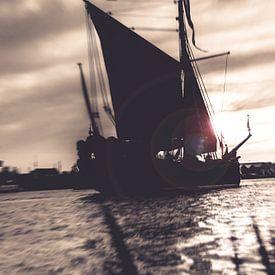 Dynamisches Foto des alten Segelboots im Sepia von Fotografiecor .nl