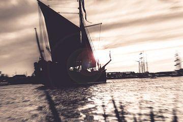 Dynamische foto van oude zeilboot in sepia van Fotografiecor .nl