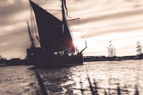 Dynamische foto van oude zeilboot in sepia