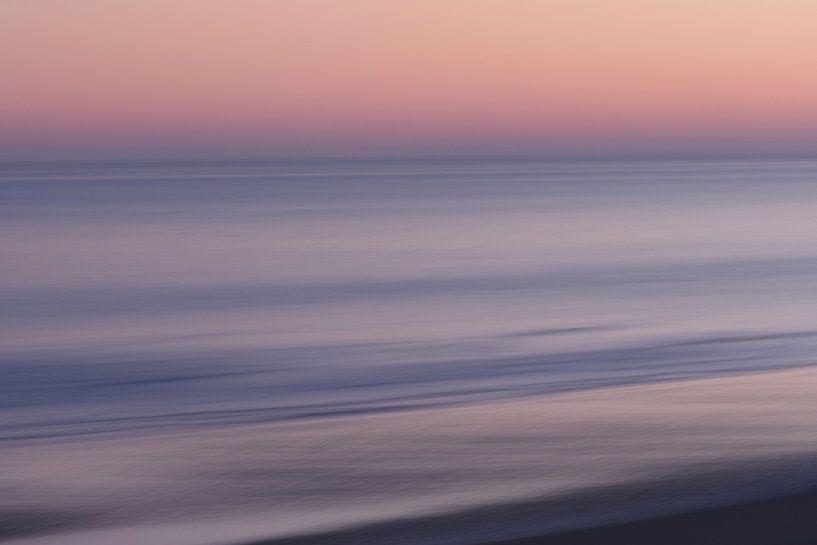 Sonnenaufgang am Strand der Opalküste. von Astrid Brouwers