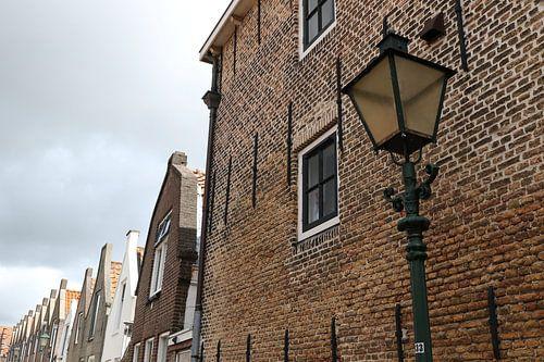 straat met lantaarn in zierikzee