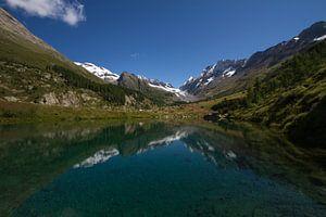 Het meer Grundsee in het dal Lotschental in Zwitserland van