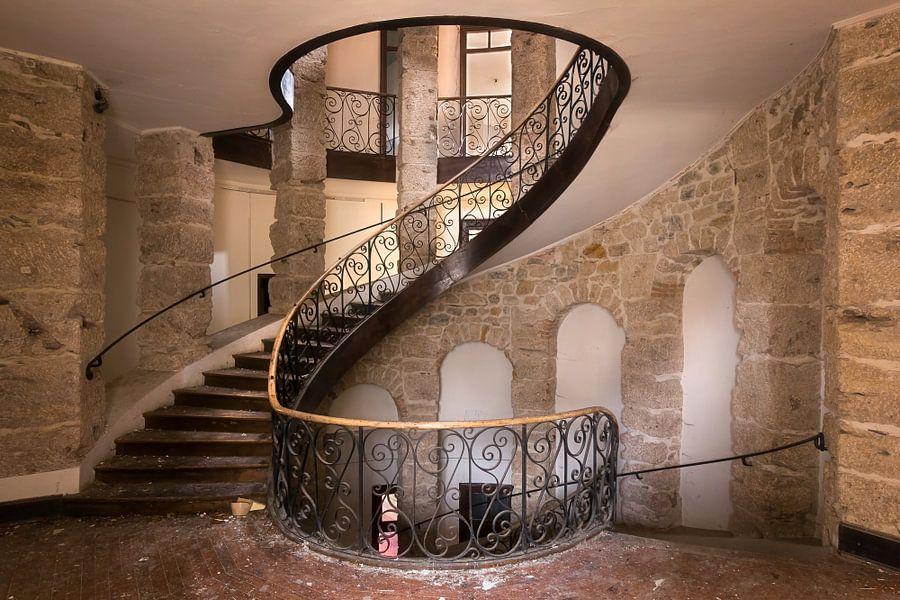 Verlaten trap in kasteel van roman robroek op canvas behang en meer