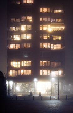 Flatgebouw in de mist van Wouter Bos