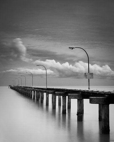 Pier bij Bandar Baru Telok, Penang, Maleisie van Johan Zwarthoed
