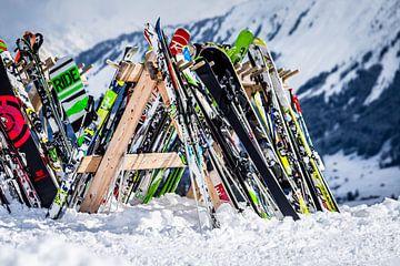 Ski's en snowboards tegen winters berglandschap van